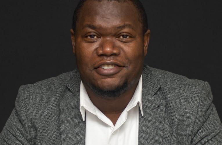 UMnu u-Owen Nkomo namathiphu okusebenzisa imali ngamaholidi